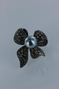 Cuttie ribbon pearl brooch