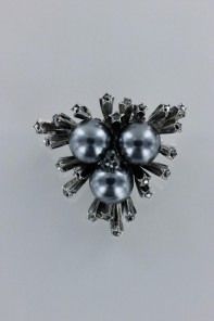 Snow bit with pearl brooch