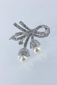 Pearl lux brooch